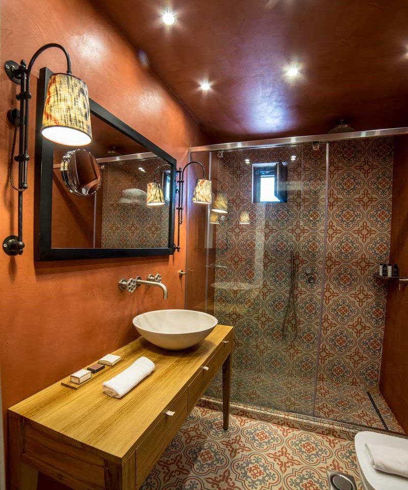 alistos-hotel-connecting-double-bathroom