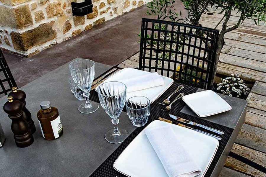 alistos-restaurant-table-exterior