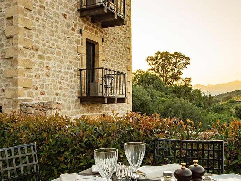 alistos-restaurant-table-exterior